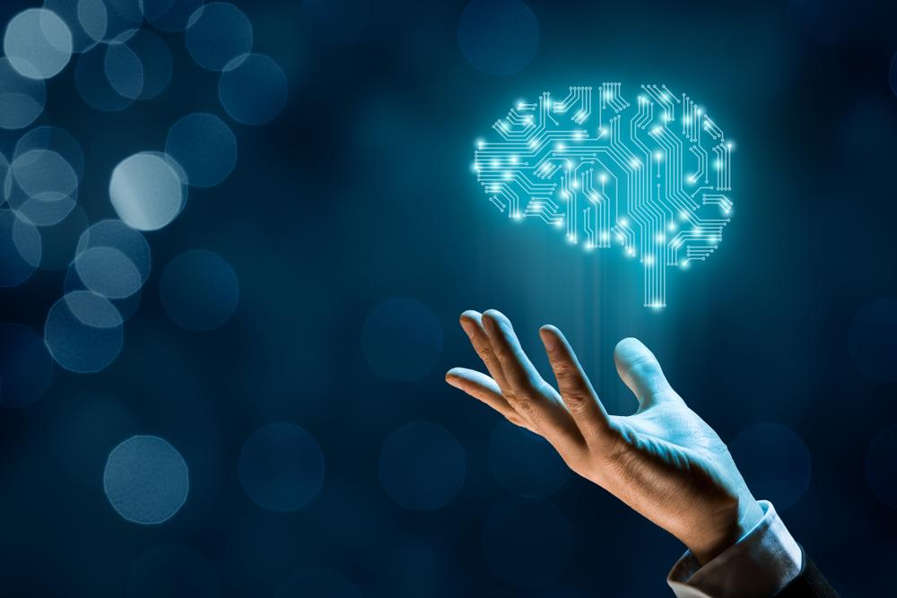 Digitales Gehirn schwebt über einer Hand